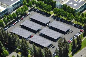 Google inwestuje w ekologiczne źródła energii. Na zdjęciu panele słoneczne na parkingu jednej z siedzib Google. To działanie wpływa na pozytywny wizerunek firmy, w odróżneniu od kwestii cenzury w Chinach.
