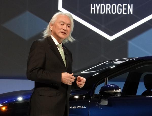Naukowiec z Toyoty, Michio Kaku prezentuje zasilany wodorem model Mirai.