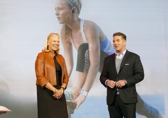 Szefowie firm IBM (Ginni Rometti) i Under Armour (Kevin Plank) informują na targach CES o podpisania partnerskiej umowy