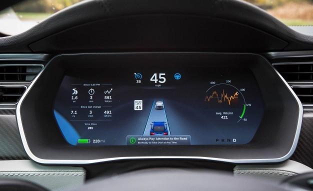 Deska rozdzielcza samochodu Tesla, który wspiera technologię Summon