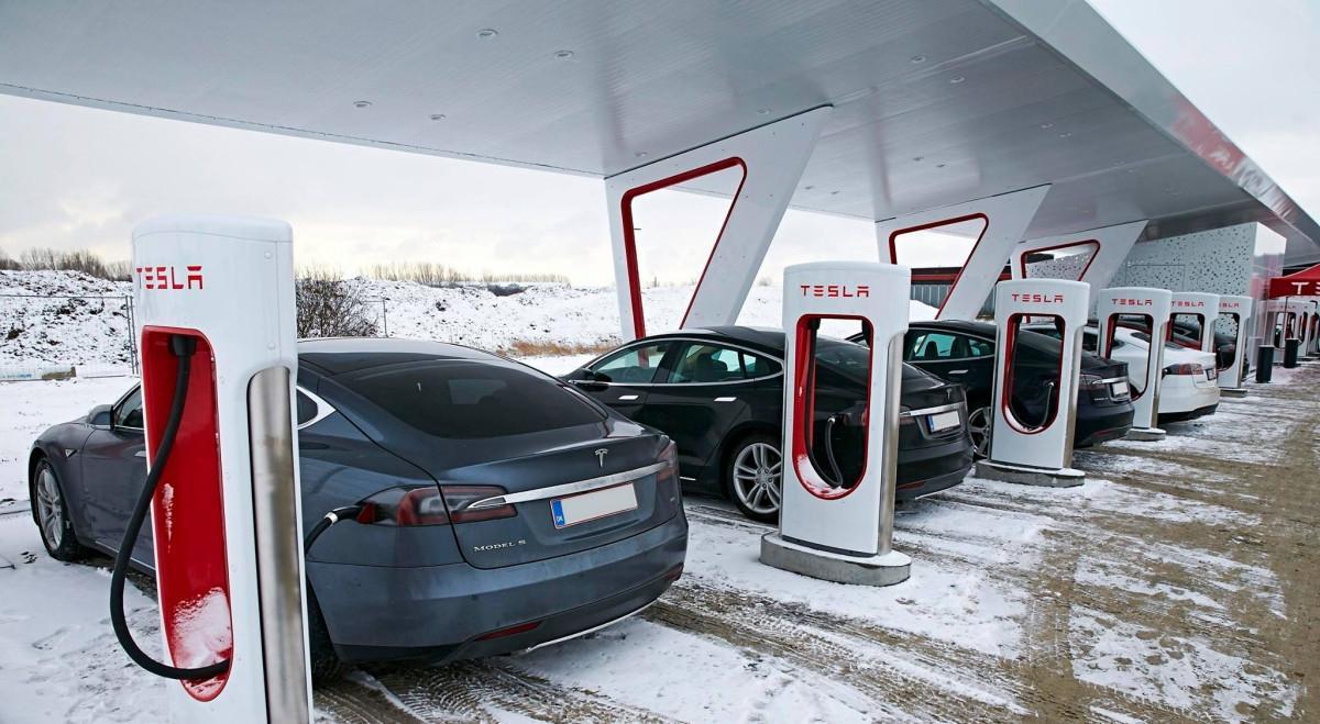 Tesla - stacja ładowania elektrycznych samochodów