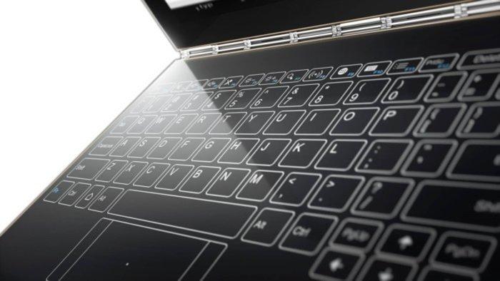 Wirtualna klawiatura dotykowa w którą wyposażony jest Lenovo Yoga Book. Podobną koncepcję: Touch Bar zaprezentował Apple. Czy takie rozwiązania zyskają popularność i zaczną wypierać z rynku klasyczne klawiatury? Źródło: Lenovo
